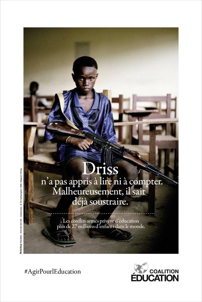 Coalition Education Notchup campagne sensibilisation accès droit éducation enfant Afrique G7 Affiche arme ©Tim Hetherington/IWM/Magnum