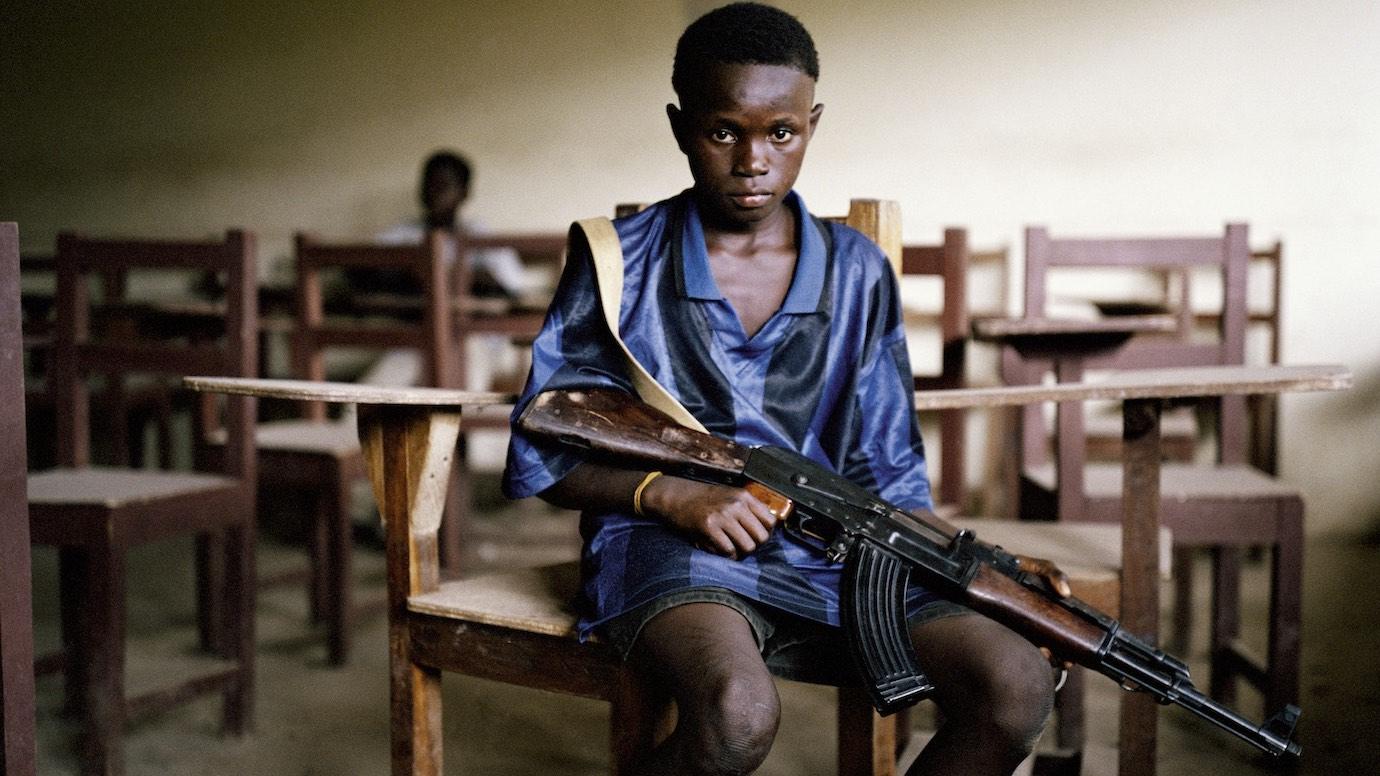 Coalition Education Notchup sensibilisation Afrique enfant arme ©Tim Hetherington/IWM/Magnum